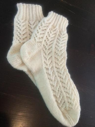 Socken mit Lochmuster von DROPS Design