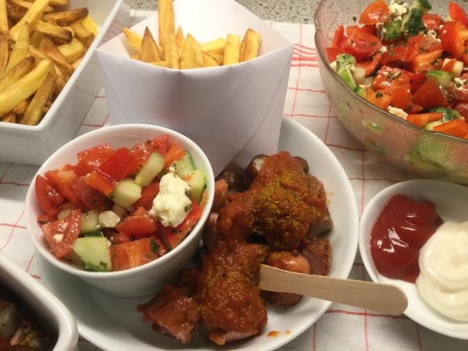 Mann kocht! Currywurst mit Pommes frites und Gartensalat