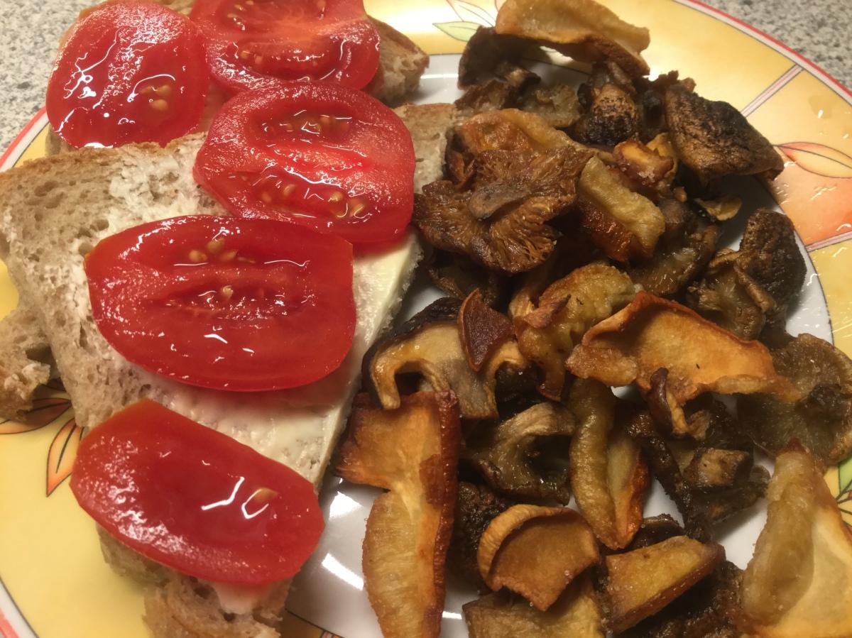 Pilzchips und Tomatenrot